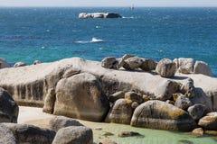 En avlägsen sikt av Roman Rock Lighthouse arkivbild