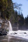 En avlägsen vattenfall på västkusten av Kanada Royaltyfria Foton