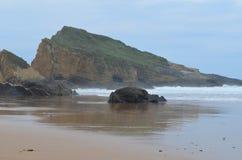 En avskild strand in i den naturliga Costa Vicentina parkerar, Portugal Royaltyfri Bild