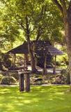 En axel i a i en japansk trädgård Arkivbilder