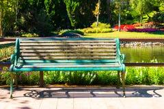 En bänk i parkera med oskarp bakgrund Arkivbilder