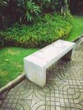 En bänk i trädgården fotografering för bildbyråer