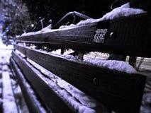 En bänk i vintern arkivfoton