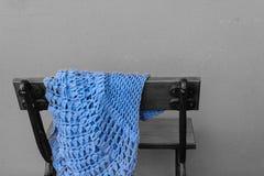 En bänk med en övergiven sjal Royaltyfria Bilder