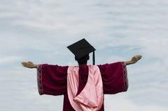 En bärande ämbetsdräkt för student av avläggandet av examen Begrepp av sammankallande royaltyfri bild