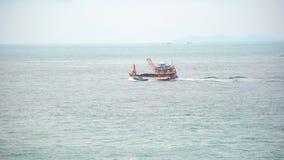 En bärande last för litet skepp över havet seglar mellan öarna stock video