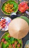 En bästa sikt av den Vietnam gatagatuförsäljaren med visade till salu frukter och grönsaker arkivfoton