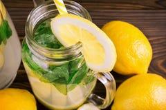 En bästa sikt av en ny smoothie i en muraretillbringaremineral från vatten med citrusa citroner för fruktsaft och den gröna mintk Royaltyfri Fotografi