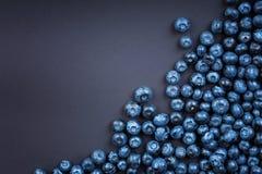 En bästa sikt av söta blåbär Blåbär på ett mörker - blå bakgrund Healthful och smakliga bär Sommarfrukter arkivbild