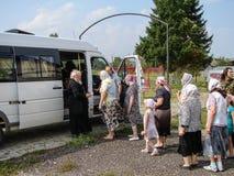 En bön i heder av den Sanka ortodoxa symbolen av modern av guden Kaluga i det Iznoskovsky området, Kaluga region av Ryssland Royaltyfri Foto