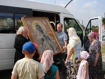 En bön i heder av den Sanka ortodoxa symbolen av modern av guden Kaluga i det Iznoskovsky området, Kaluga region av Ryssland Arkivfoton