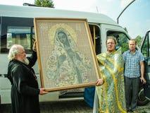 En bön i heder av den Sanka ortodoxa symbolen av modern av guden Kaluga i det Iznoskovsky området, Kaluga region av Ryssland Royaltyfri Bild