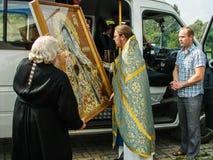 En bön i heder av den Sanka ortodoxa symbolen av modern av guden Kaluga i det Iznoskovsky området, Kaluga region av Ryssland Fotografering för Bildbyråer