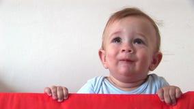 En baby die bevinden zich glimlachen stock footage