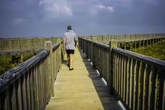 En badare som går till stranden royaltyfri foto