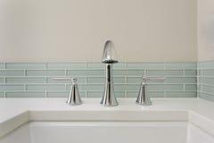 En badrumvask med fasta tillbehöret Royaltyfri Fotografi