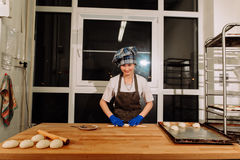 En bagare som gör kanelbruna rullar Royaltyfri Bild