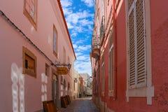 En bakgata i Faro, Algarve, Portugal arkivfoton
