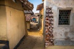 En bakgata som leder in i en by i Bankura, Indien arkivbild