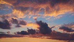 En bakgrund av färgrika moln Arkivfoto