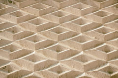 En bakgrund som består av geometriska former En vägg av romber Arkivbild