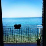 En balkong som förbiser havet arkivfoton