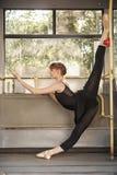 En ballerina dansar i transport royaltyfri fotografi
