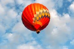 En ballong flyger över sjön fotografering för bildbyråer