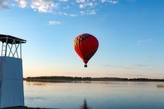 En ballong flyger över sjön arkivfoton