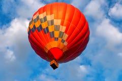 En ballong flyger över sjön royaltyfri fotografi