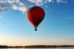 En ballong flyger över sjön royaltyfria foton