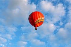 En ballong flyger över sjön royaltyfri bild