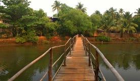 En bambubro i Indien Arkivbilder