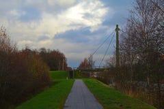 En bana i naturen som leder till en bro royaltyfria bilder
