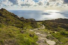 En bana längs klippan av Slibh Liag, Co Donegal royaltyfria bilder