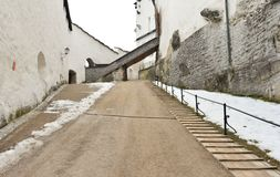 En bana som leder till en port i den härliga salzburg slotten royaltyfri bild