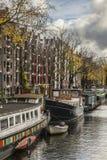 En bank vid en kanal, Amsterdam Arkivfoto