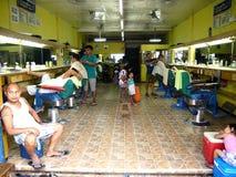 En barberare shoppar i den Antipolo staden, Filippinerna Arkivbild