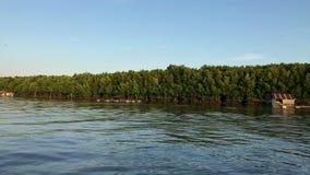 En barco en el río en Tailandia a través de la selva almacen de metraje de vídeo