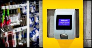 En Barcodeprisbildläsare som installeras på väggen för kund, lurar royaltyfri fotografi
