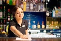 En bartender ler royaltyfri fotografi