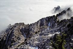 En bas de la montagne Photographie stock libre de droits