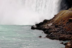 En bas des chutes du Niagara Image stock