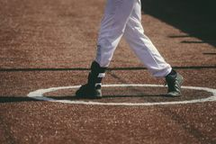 En basebollspelare slogg baseballet arkivbild