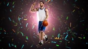 En basketspelare på selebrating Arkivfoto