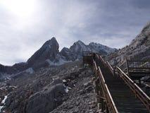 En bedöva sikt av Jade Dragon Snow Mountain i Lijiang Yunnan P arkivfoton