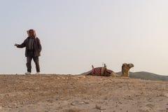 en beduin i öknen, Israel royaltyfria bilder