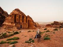 En beduinhandbok i Petra royaltyfri bild