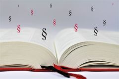 En begreppsbild av en öppen bok med abstrakta avsnitt Royaltyfri Bild