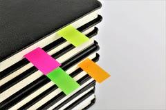 En begreppsbild av ab-boken med en bokmärke ett kopieringsutrymme Arkivfoton